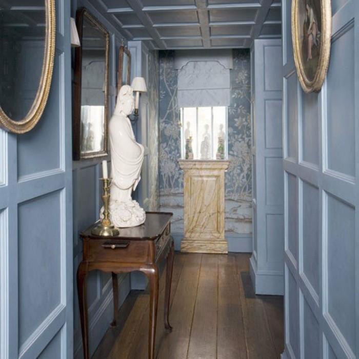 Miroir ronde, bleu claire murs, couloir stylé, astuces pour décorer un couloir trop étroit, design d'intérieur