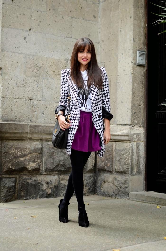 exemple comment assortir les couleurs de ses vêtements femme, modèle de jupe violet combiné avec tshirt blanc