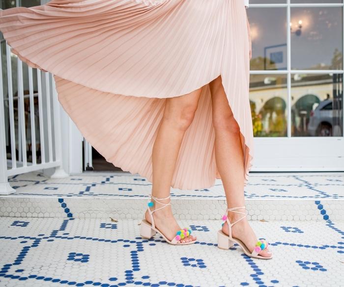 idée tenue femme invitée au mariage avec robe longue rose et sandales pomponnées, idée sandale a plateforme ou à talons à customiser