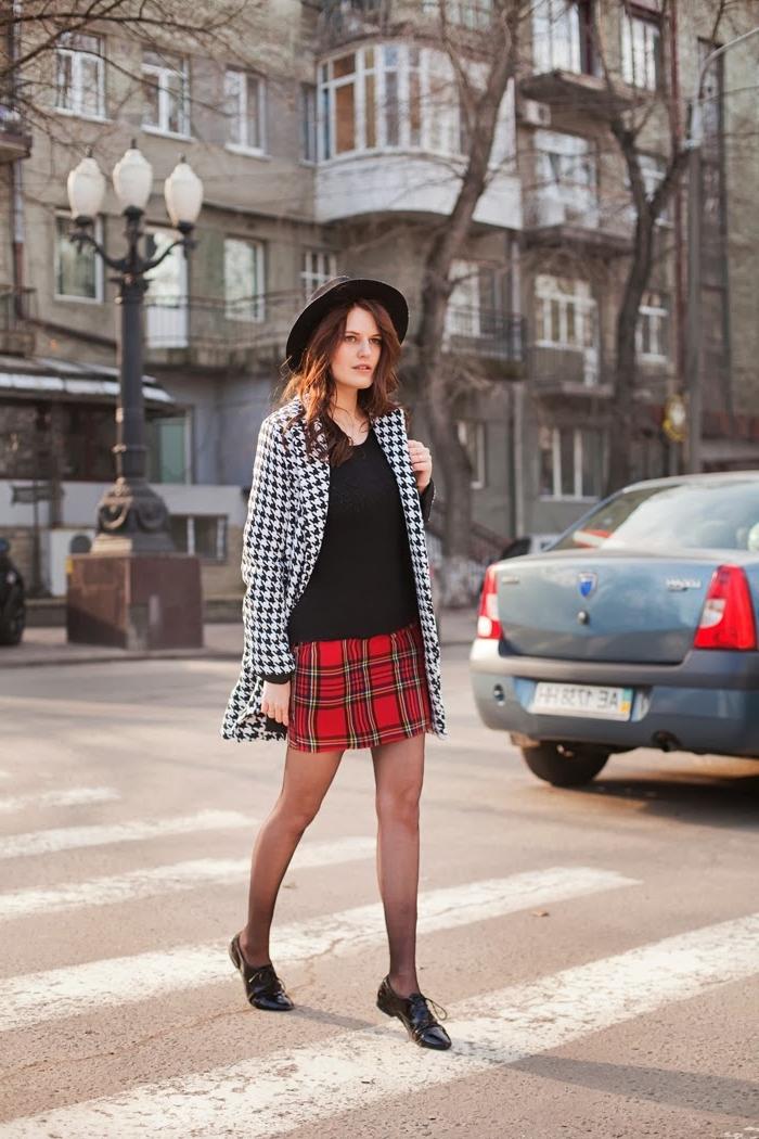 idée comment assortir les couleurs de ses vêtements, modèle de jupe carreaux rouges avec blouse noire et blazer pied de poule