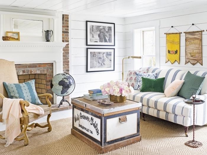 revêtement en lambris bois large dans un salon aménagé de style vintage avec accents rustiques, aménagement salon avec cheminée