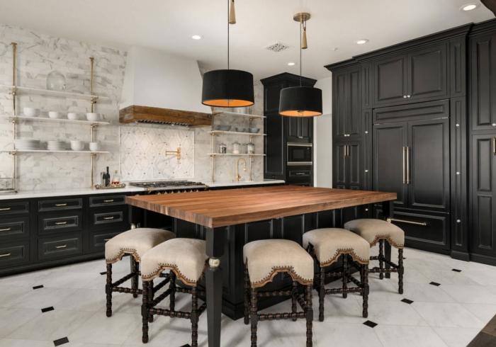 idée peinture noir mate pour changer les facades d'une cuisine, décoration cuisine blanc et noir avec accents bois