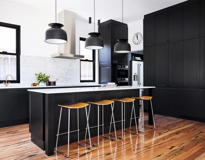 décoration cuisine noir et blanc avec accents bois, aménagement cuisine avec ilot de style moderne en blanc et noir mat