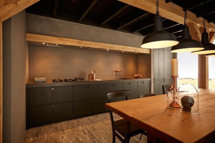 design cuisine gris anthracite et bois, aménagement cuisine en longueur avec crédence effet ciment et accents rose gold