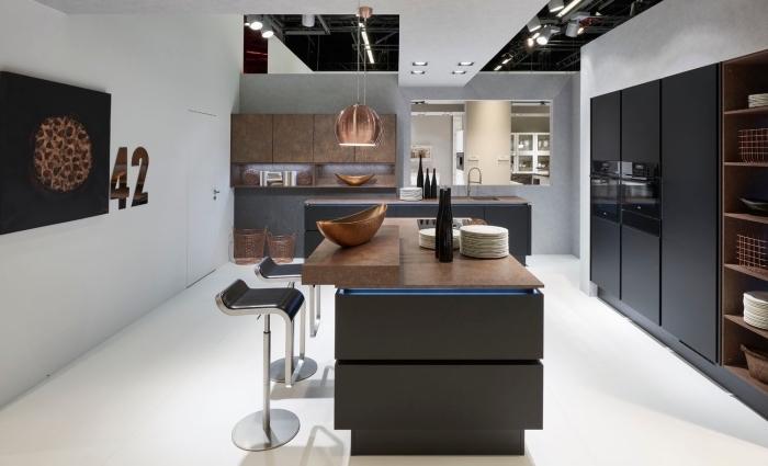 exemple cuisine noir et blanc avec accents en pierre naturelle et métal, design intérieur contemporain dans une cuisine avec îlot
