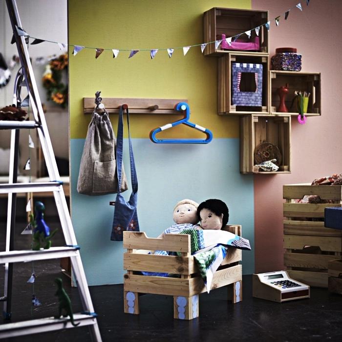 un lit pour poupée en caisse bois ikea, idées de meubles de rangement pour la chambre d'enfant réalisés avec la caisse knagglig