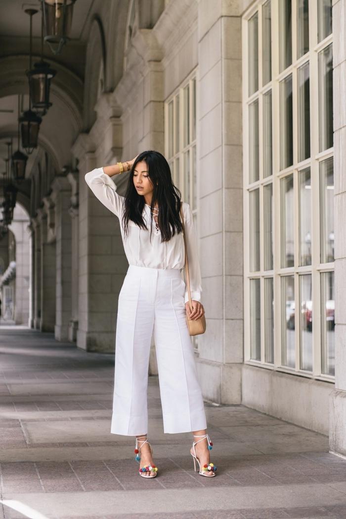 personnaliser ses sandales à talon avec pompons colorés, tenue femme en pantalon et chemises blancs avec sandales customisées