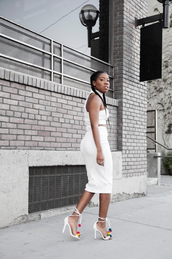 modèle de sandales à talons blanches avec lacets et décoration en pompons colorés, tenue femme en jupe taille haute et top crop blancs