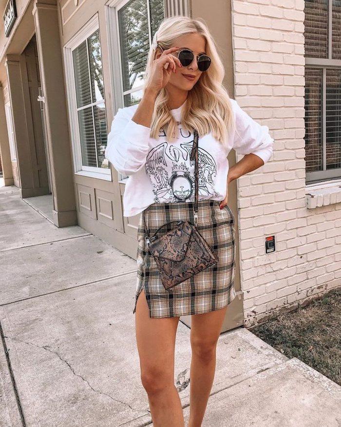 Blouson blanc queen embleme, jupe courte femme hiver 2019 2020, tendance automne hiver 2019 2020