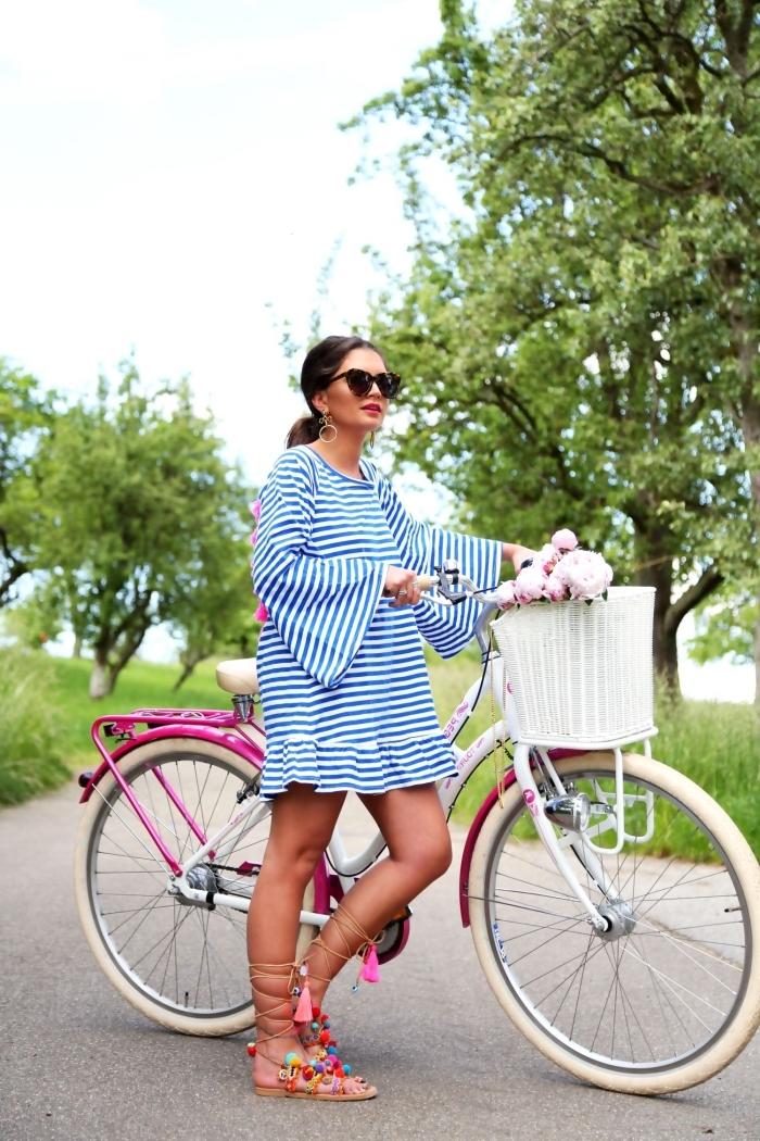 tenue d'été avec tunique manches longues et sandales plates décorées avec pompons et glands colorés, modèle lunette soleil femme tendance