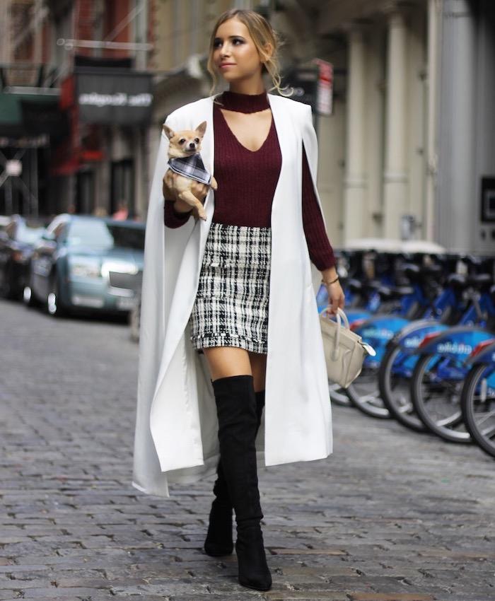 Veste cape longue blanche, mini jupe et cuissardes, tenue femme tendance automne hiver 2019 2020, tenue à la mode automne