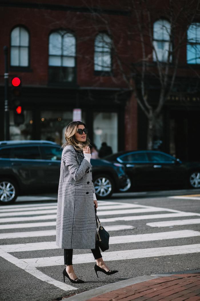 Manteau longue noir et blanc, chaussures à talon noirs, mode automne hiver 2019, comment s'habiller comme une femme stylée
