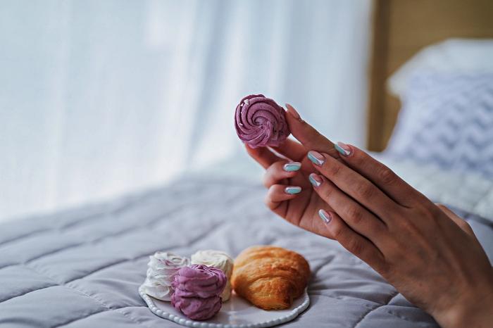 nail art graphique bicolore dans les tons pastel réalisé avec du vernis semi-permanent, idée de manucure gel facile à faire soi même
