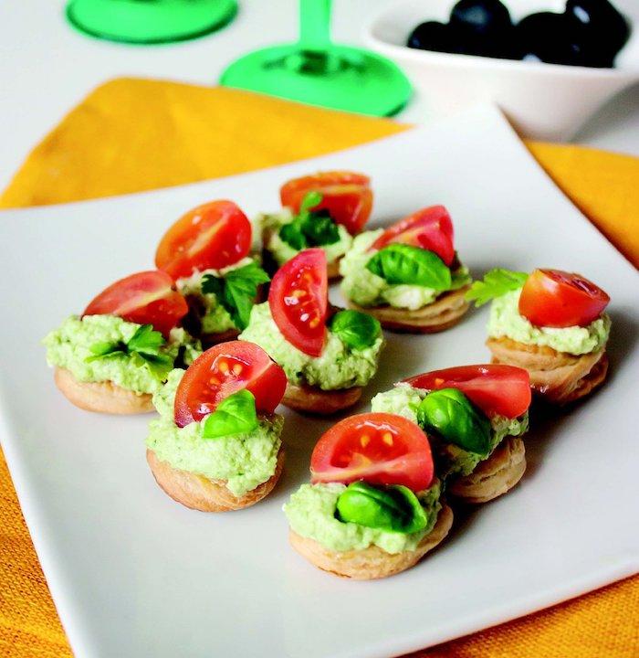 petite bouchées, que faire avec une pate feuilleté pour l apéro, crème d avocat et fromage à la crème, basilic et tranche de tomates
