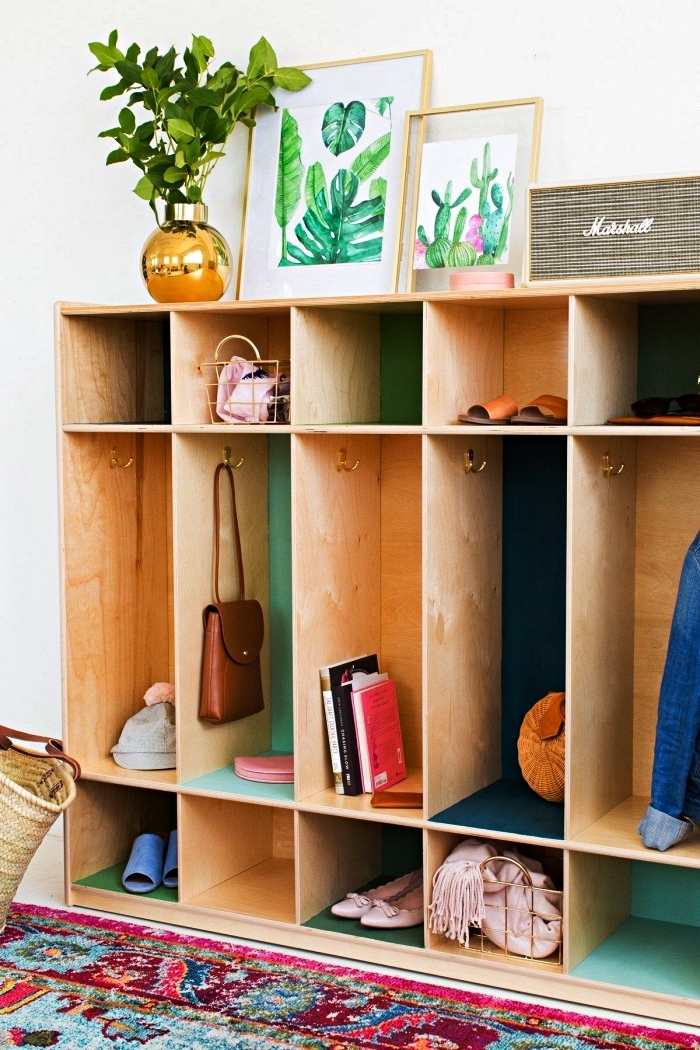 meuble entrée couloir récup pour ranger ses chaussures, manteaux et accessoires, tapis persan bleu turquoise et rose fuchsia dans le hall d'entrée