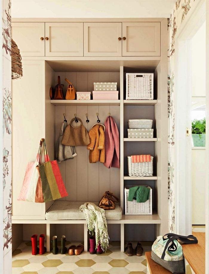 meuble d'entrée vestiaire avec banquette et rangements caissons, alliance du parquet et des tomettes dans l'entrée