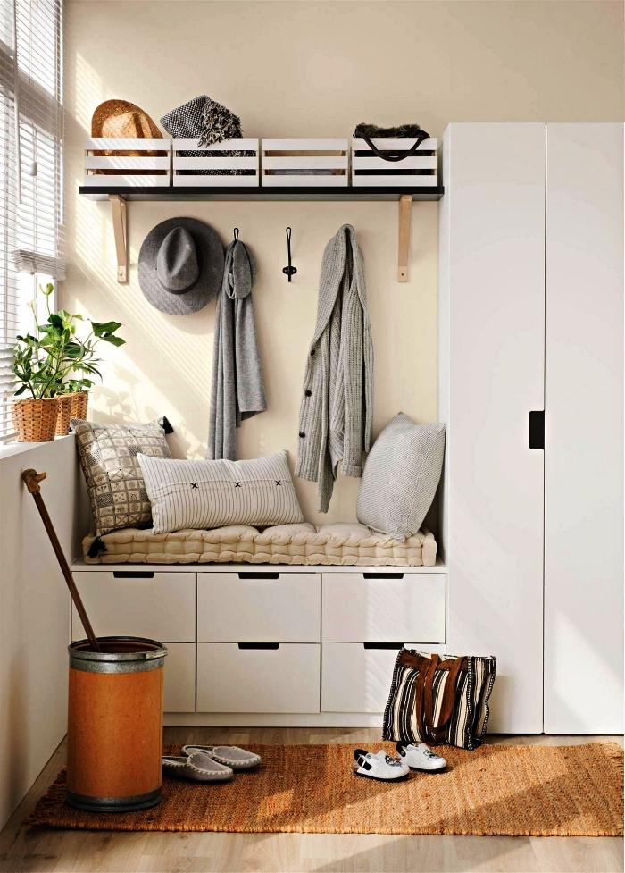 idée d'aménagement d'un petit hall d'entrée avec meuble d'entrée vestiaire, meuble de rangement fonctionnel pour petite entrée avec banquette et placard