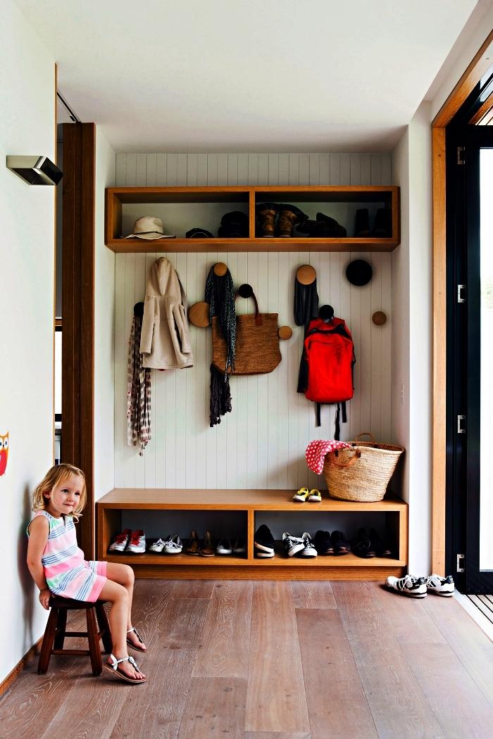 choisir son meuble d'entrée vestiaire, meuble d'entrée bois au design vintage avec patères rondes, banc de rangement et étagère murale