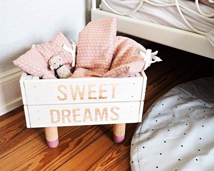 caisse en bois deco customisée avec de la peinture et des lettres au pochoir, caisse de rangement ikea pour la chambre d'enfant