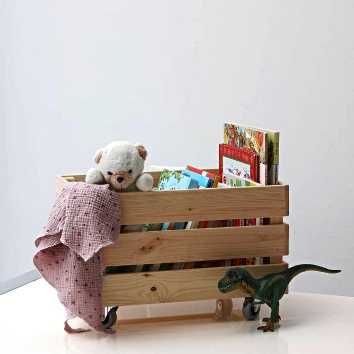 idée rangement déco pour la chambre d'enfant, caisse ikea knagglig avec roulettes détournée en rangement pour jouets