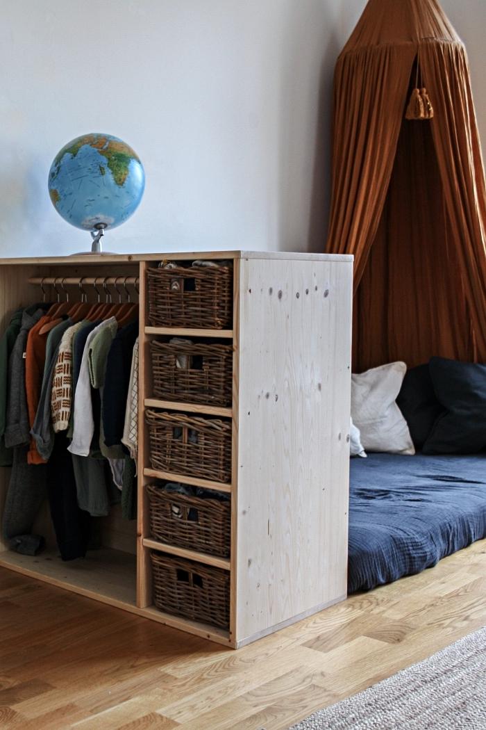 aménagement d'un dressing tête de lit pour lit cabane montessori, meuble de rangement pour vêtements avec penderie et paniers de rangement