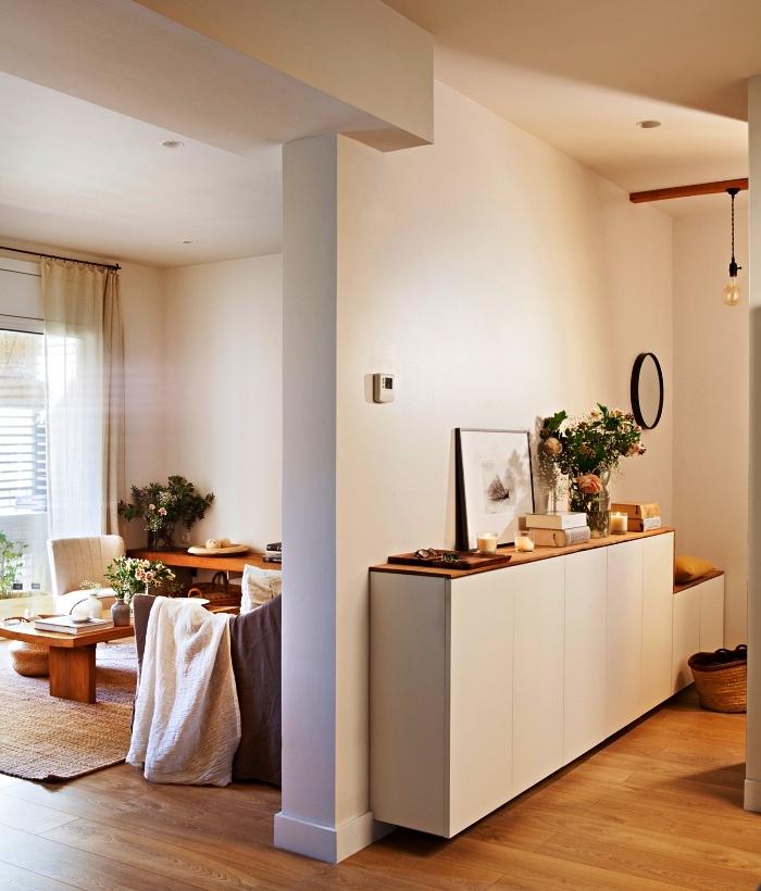 choisir son meuble entrée couloir, aménagement d'une petite entrée avec enfilade scandinave bois et blanc qui fait office de banc d'entrée et d'étagère déco