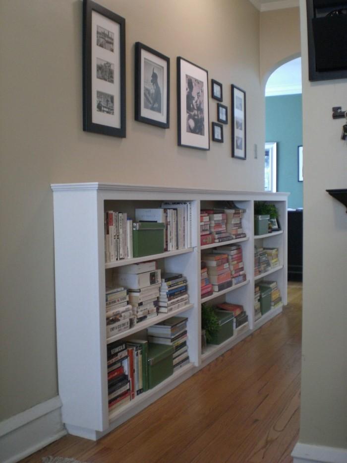 Meuble rangement ouvert pour entrée ou couloir étroite, photos pendantes sur les murs, idée simple déco entrée