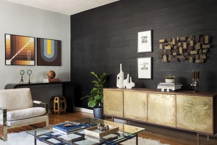 habiller un mur en panneaux de bois noirs, aménagement de salon avec parquet bois laqué et meubles à finition métal