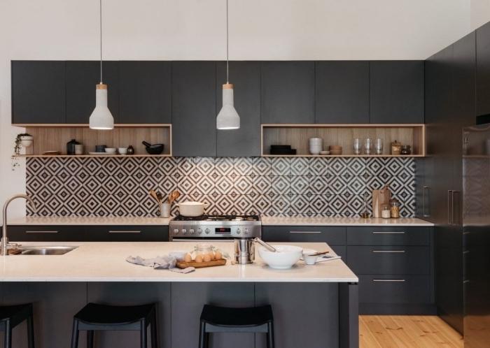 quel type de cuisine pour espace ouvert, design cuisine linéaire avec îlot, déco de cuisine grise et blanche avec accents noir mat