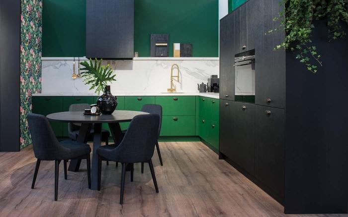 exemple de cuisine noir et bois décorée avec accents en vert, comment aménager une petite cuisine en l de style moderne