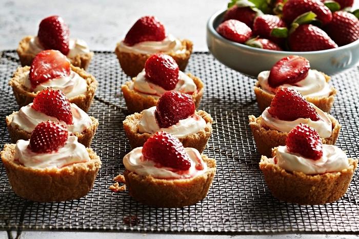 recette de mini-cheesecakes sans cuisson aux fraises, mini-tartelettes façon cheesecake garnies de crème chantilly et fraises, dessert facile a faire qui ne nécessite pas de four