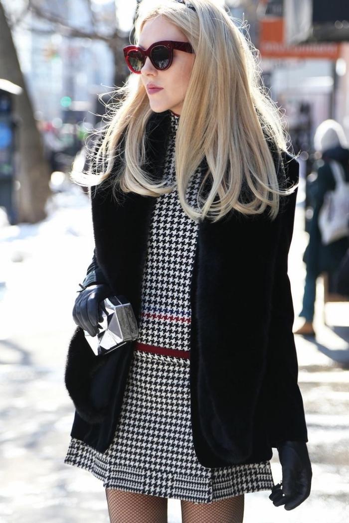 mode hiver 2019 femme chic, idée tenue chic en robe pied de poule blanc et noir combiné avec manteau noir