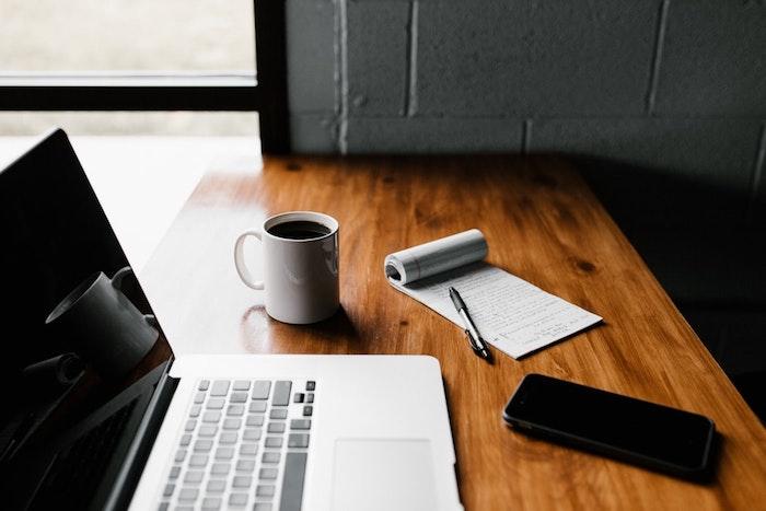Ordinateur freelance travail, tasse à café, conseils pour décorer votre maison, cahier des notes