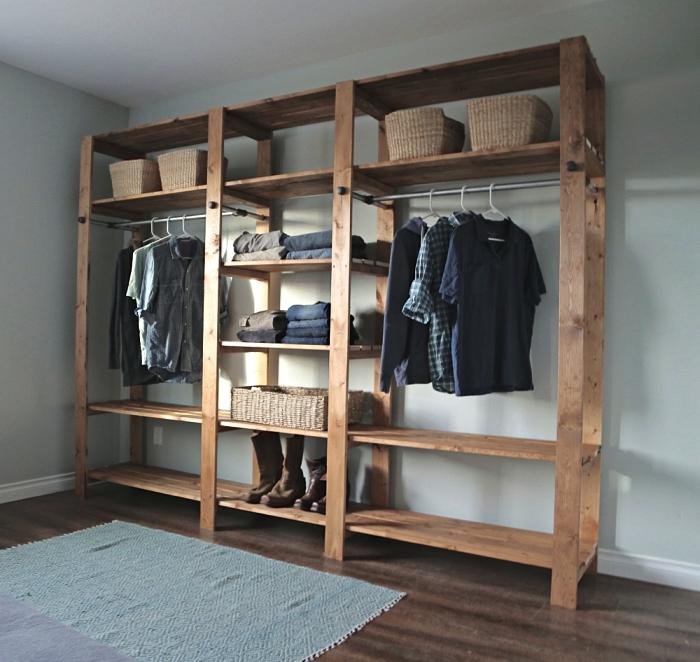 amenagement placard chambre façon dressing ouvert en bois, meuble de rangement pour vêtements en bois avec étagères et tringles