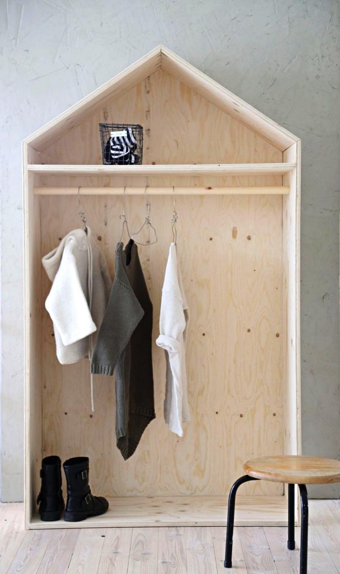 penderie en bois style maison, idée de dressing a faire soi meme à partir de quelques planches bois