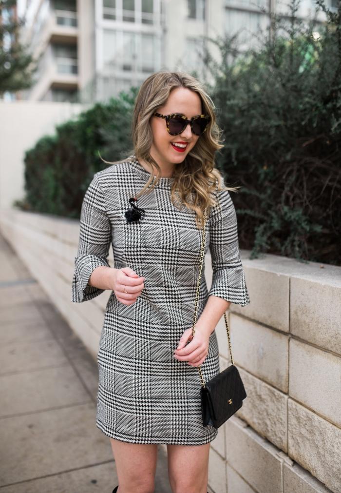 tendance automne hiver 2019 2020, comment bien s'habiller femme stylée en robe courte noir et blanc à imprimé pied de poule