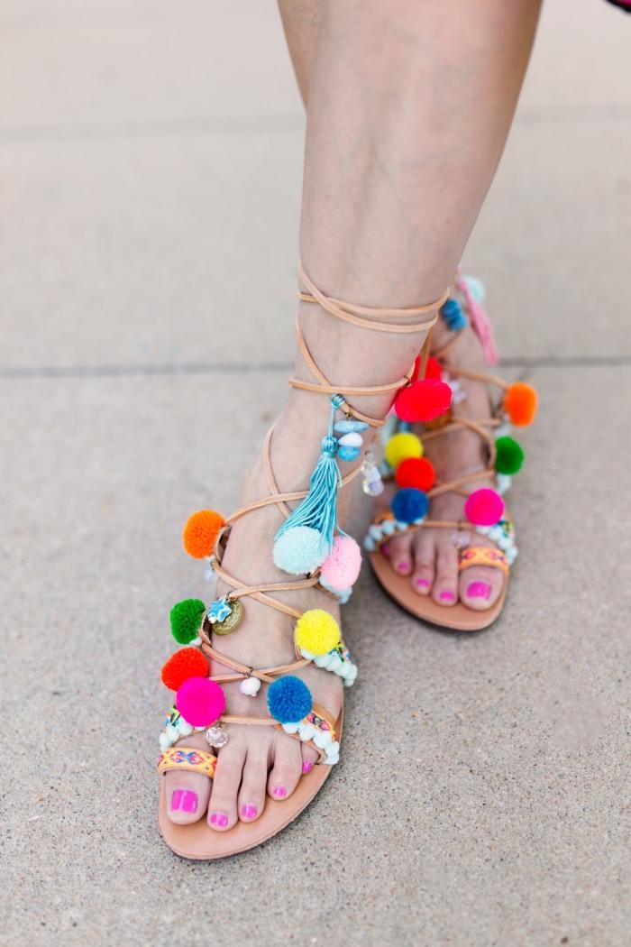 idée créative, paire sandales plates décorées avec pompons, modèle chaussures d'été personnalisées avec glands