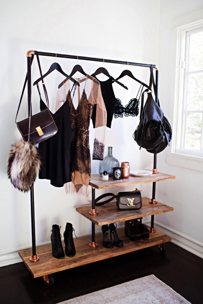 faire un dressing industriel avec des planches bois et des tubes en acier noir, portant à vêtements à faire soi même
