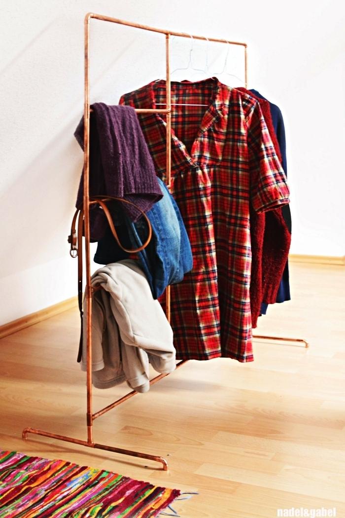 portant à vêtement diy en cuivre en guise de dressing, idée dressing minimaliste pour petit espace