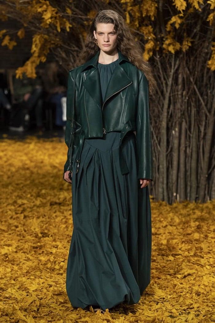 Longue robe verte foncé, tendance hiver 2019 2020, comment être bien habillée automne 2019, veste cuir courte