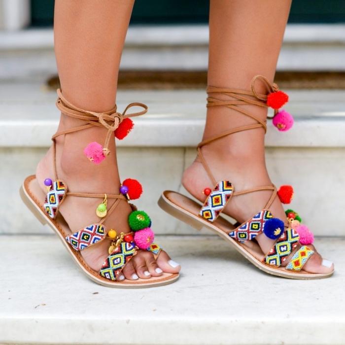 accessoire mode femme de style ethnique, modèle de sandales plates femme avec lacets et déco en pompons