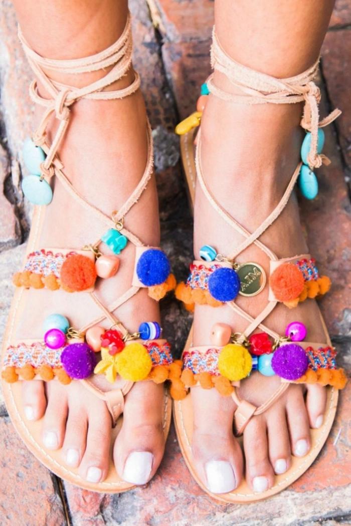 sandale femme plate, idée comment décorer ses sandales à lacets de style bohème avec pompons multicolore