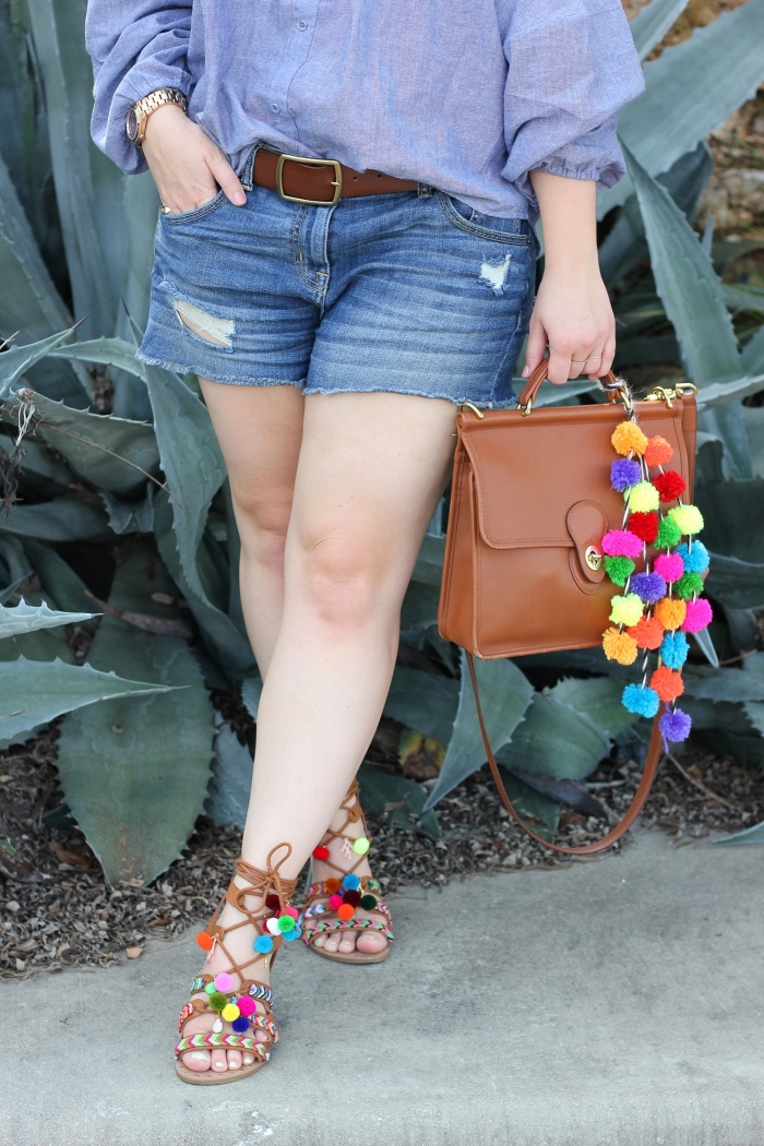 idée tenue d'été avec accessoires DIY, personnaliser ses chaussures ou sac à main avec pompons colorés, sandales plates femme