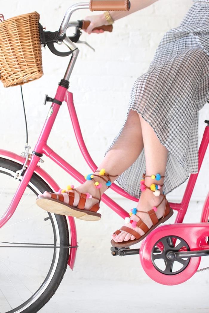 que faire avec des pompons, exemple de paire sandales femme plate décorés avec pompons colorés, activité créative