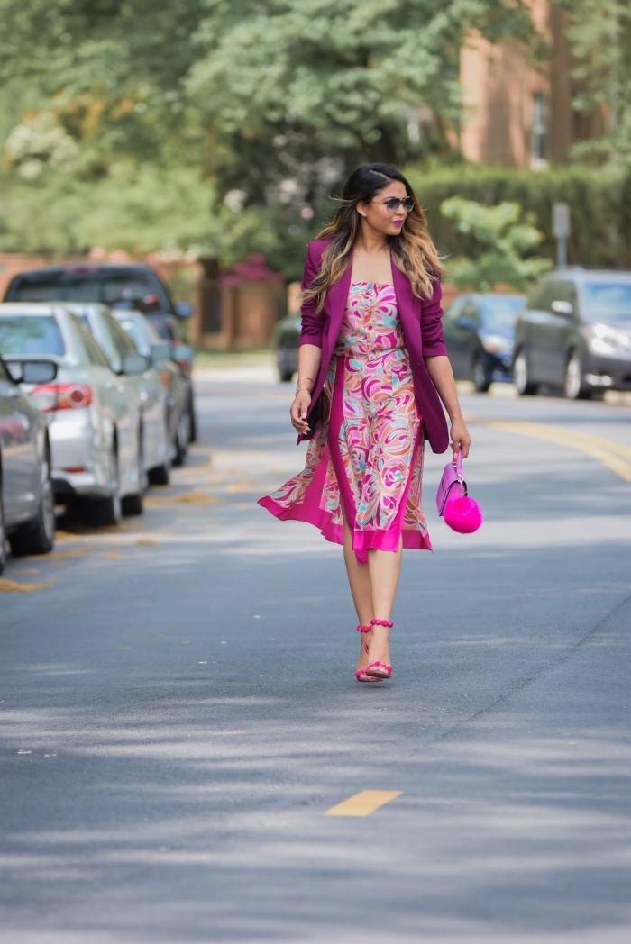 look femme stylé en robe rose fuchsia avec blazer violet et accessoires en rose, modèle sandales roses avec pompons