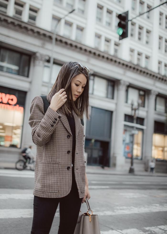 look casual chic bicolore en blanc et gris, modèle de blazer femme à tissu pied de poule, style vestimentaire femme au travail