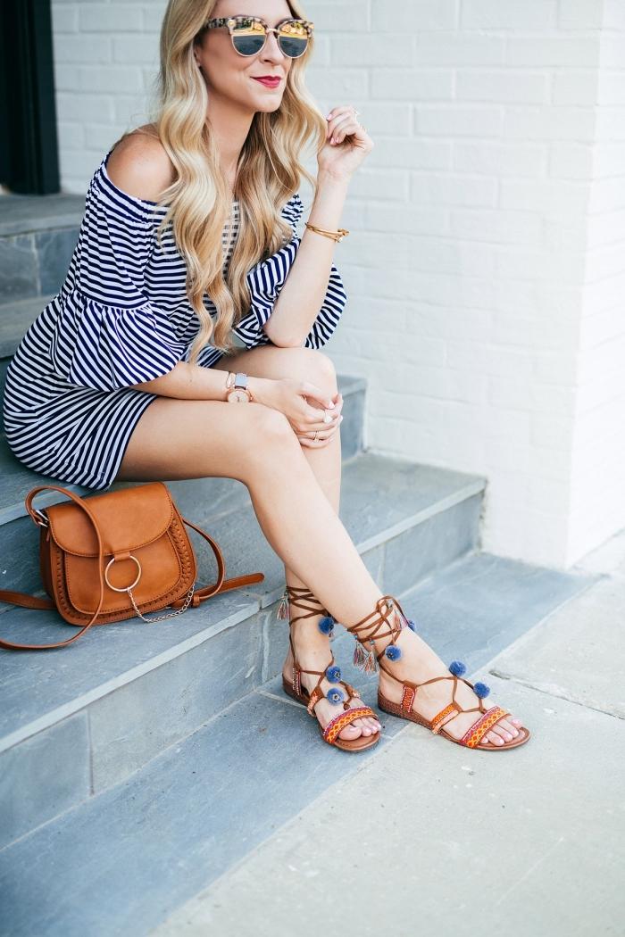 look femme été moderne en robe courte aux épaules dénudées combinée avec sandales pompon et sac cuir marron