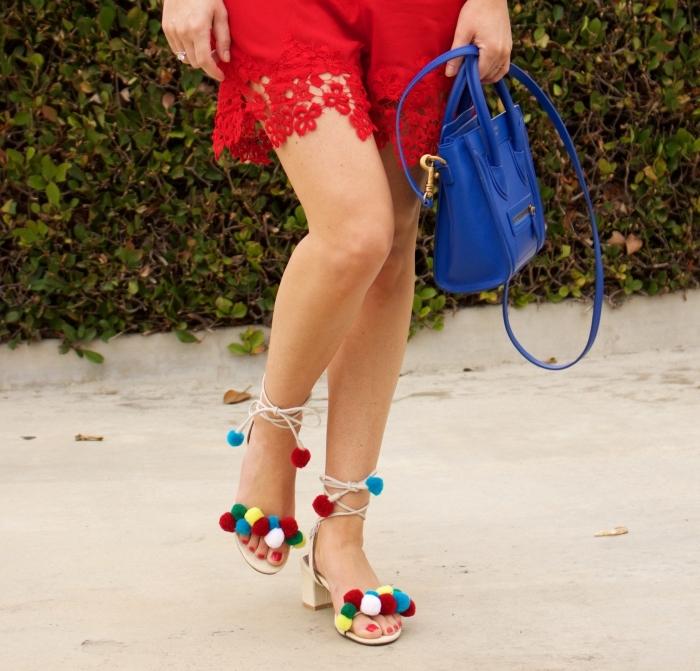 sandales femme 2019, tenue d'été en combishort à dentelle florale rouge combiné avec sac à main bleu et chaussures pomponnées