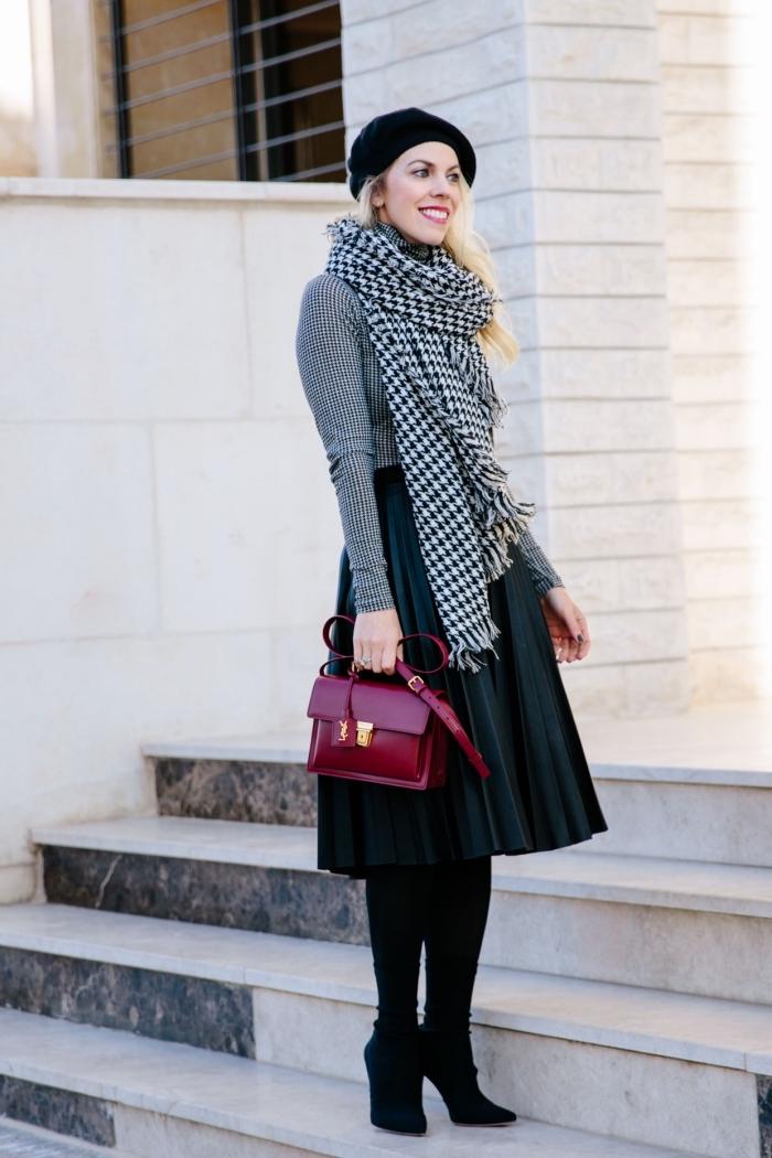 accessoire mode femme à imprimé tendance 2019 pied de poule, modèle de jupe longueur genoux combinée avec blouse blanc et noir