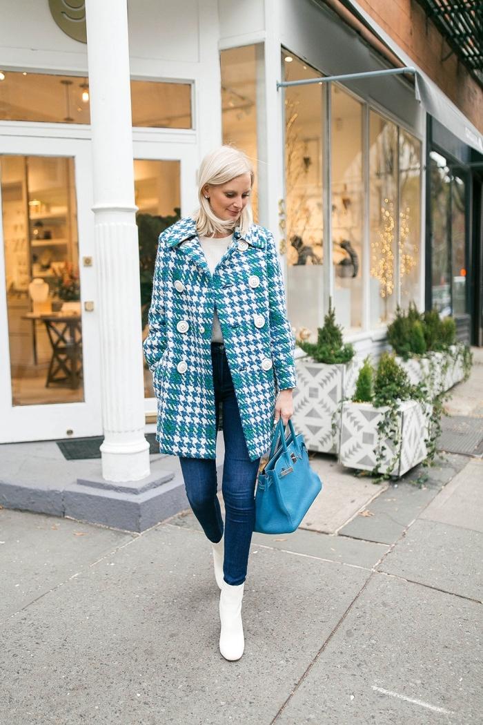 modèle de manteau femme en blanc et vert à design imprimé pied de poule, look chic en jeans et bottines blanches